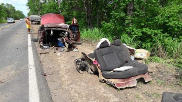 Bebê morre após motorista perder controle de carro e bater contra árvore