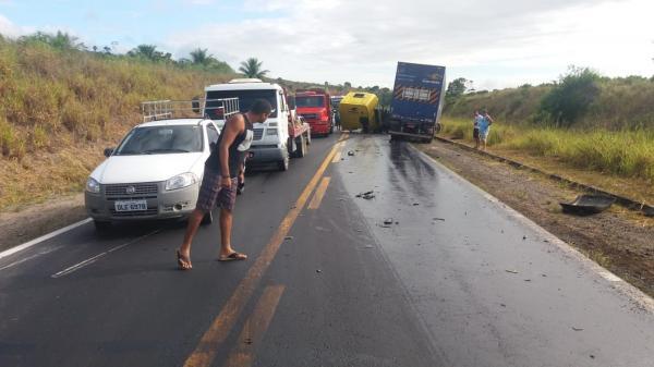Mulher morre e homem fica ferido após batida entre duas carretas e uma moto