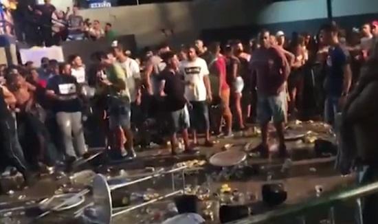Vídeo: Briga interrompe show em Feira de Santana; mulher é flagrada arremessando mesa