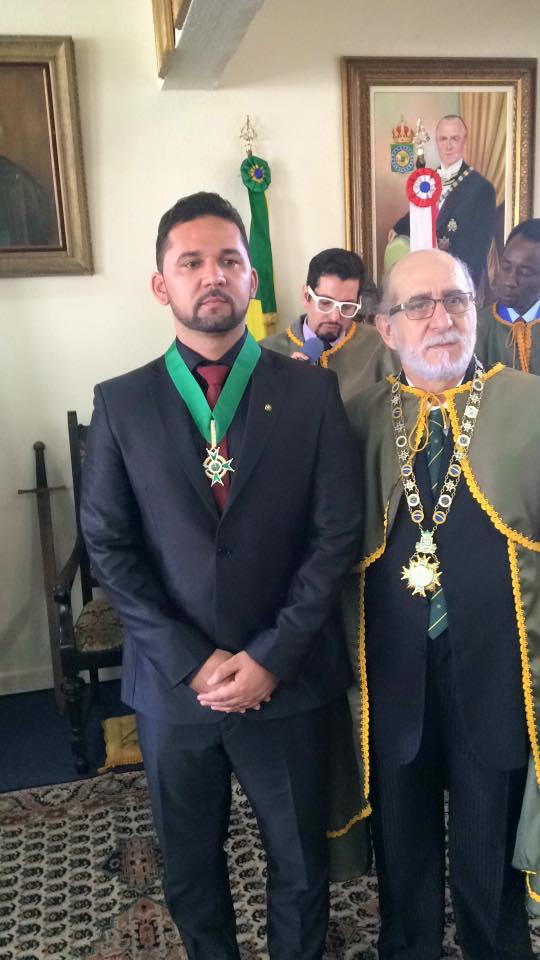 Empresário Marcos Marinho recebendo a Láurea