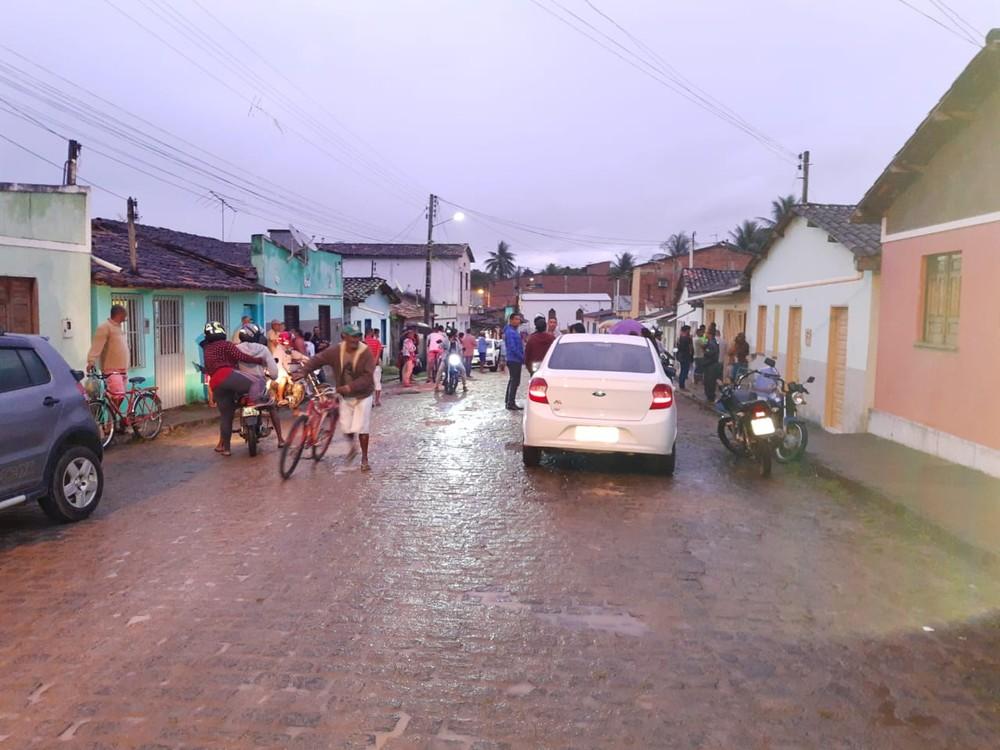 Pai e filha morrem eletrocutados ao estender roupas na Bahia; vítimas tinham 90 e 60 anos