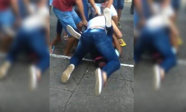 Estudantes brigam na saída de escola em Simões Filho