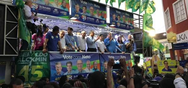 Morador de rua pula grade com faca e tenta chegar perto de palco de comício de Alckmin