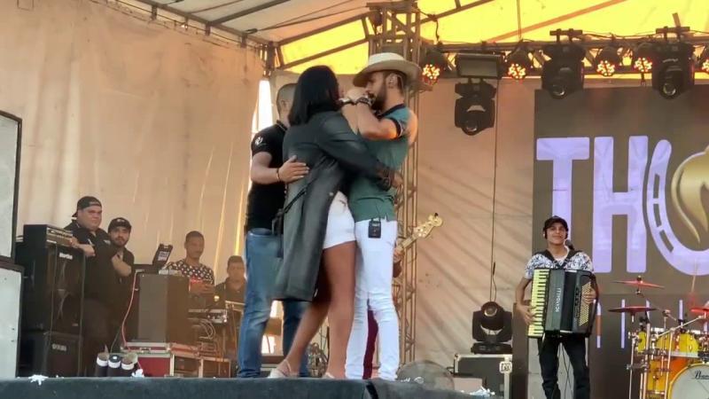Mulher tenta beijar Thúlio Milionário e cantor se recusa